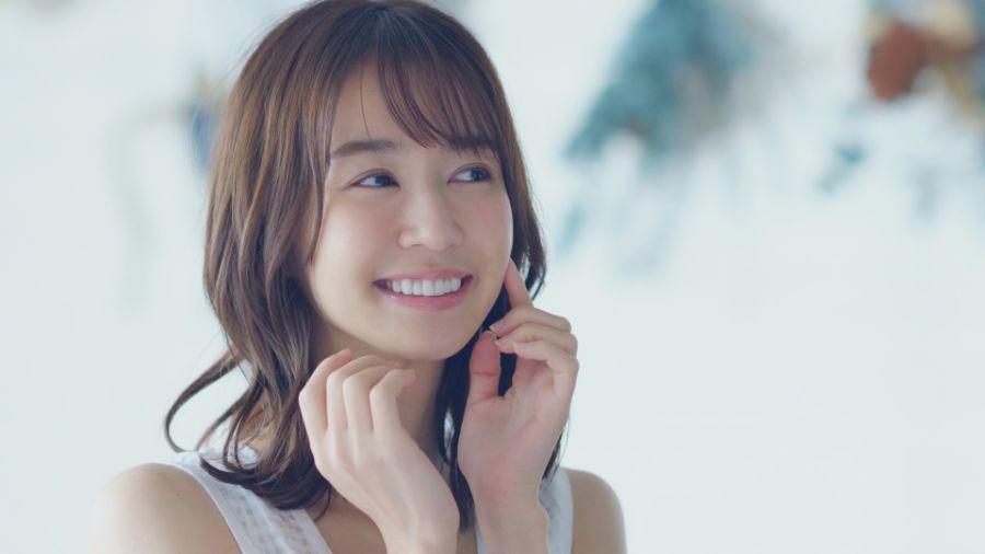 白い歯の若い女性