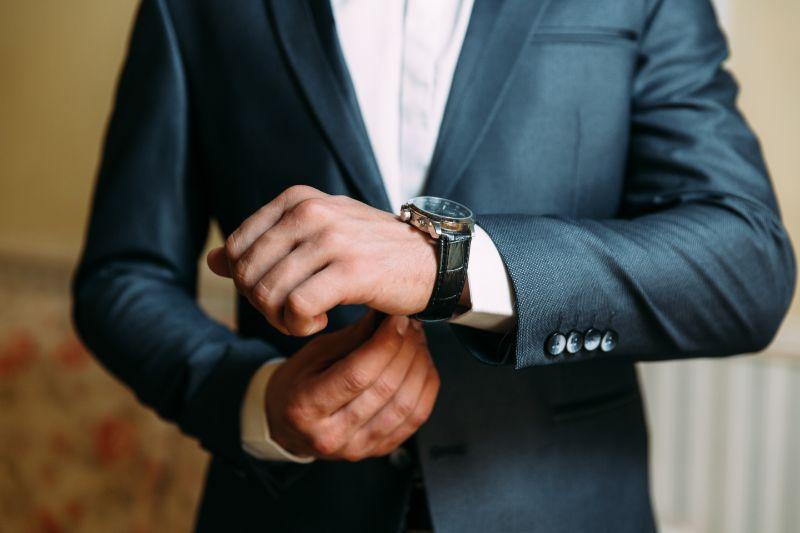 時計を身につける男性